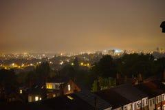Мглистая ноча в Лидсе обозревая красиво освещенный жилой район Стоковые Изображения
