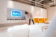 Мебель живущей комнаты женщины покупая Стоковая Фотография RF