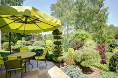Мебель и зонтик сада Стоковые Изображения RF