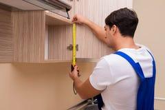 Мебель кухни молодого человека собирая Стоковые Фотографии RF