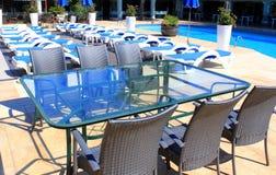 Мебель ротанга на патио около бассейна Стоковая Фотография