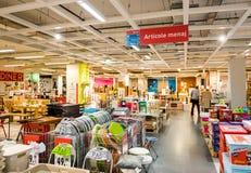 Мебель человека покупая внутри большого магазина розничной торговли Стоковое Изображение