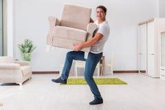 Мебель человека moving дома Стоковое Изображение RF