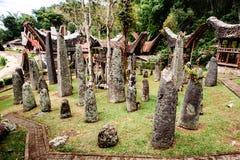 Мегалиты или менгиры Tana Toraja Старое torajan место захоронения в деревне Bori, Rantepao, Сулавеси, Индонезии Стоковое фото RF