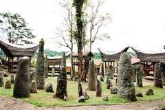 Мегалиты или менгиры Tana Toraja Старое torajan место захоронения в деревне Bori, Rantepao, Сулавеси, Индонезии Стоковые Фото