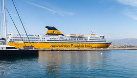 Мега срочный паром, большой желтый пассажирский корабль стоковая фотография rf