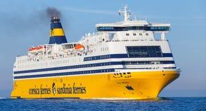 Мега срочный паром, большой желтый пассажирский корабль стоковые изображения rf