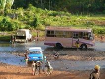 МЕГА, ЭФИОПИЯ - 25-ОЕ НОЯБРЯ 2008: Малознакомое мытье людей в th Стоковое фото RF
