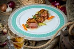 Медальоны мяса с беконом стоковая фотография
