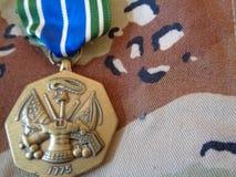 Медаль достижения армии на форме бури в пустыне стоковая фотография rf