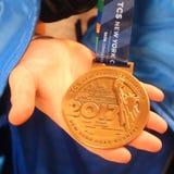 Медаль 2017 фертиг-аппарата марафона Нью-Йорка в Манхаттане Стоковые Фото