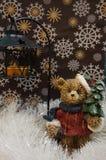Медведь держит рождественскую елку и фонарик стоковое изображение rf