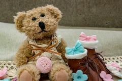 Медведь игрушки с небольшими коричневыми ботинками стоковые изображения