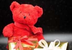 медведь кладет игрушечный в коробку подарка стоковые изображения