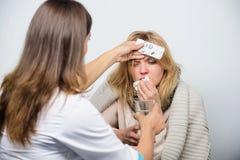 Медикаментозное лечение Доктор первичной помощи делая диагноз к больной женщине Уход за пациентом и здравоохранение доктор медици стоковое фото