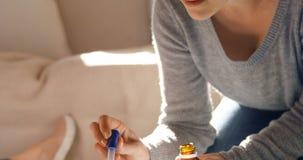 Медицина матери питаясь к ее ребенку 4k сток-видео