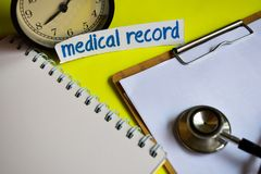 Медицинская история на воодушевленности концепции здравоохранения на желтой предпосылке стоковое фото rf
