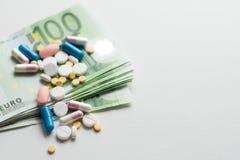 Медицинская концепция дела или цен Зарабатывать деньги в фармацевтической промышленности или высоких медицинских расходах, лекарс стоковые фото