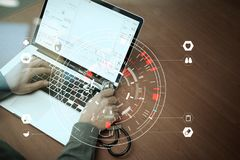 Медицинская концепция технологии, умная рука доктора работая с современным Стоковая Фотография