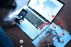 медицинская концепция techonlogy, умная рука доктора работая с современным Стоковое Изображение