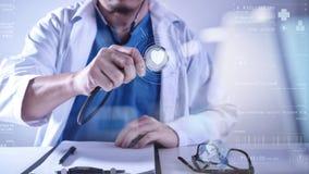 медицинская концепция techonlogy, умная рука доктора работая с современным Стоковая Фотография RF