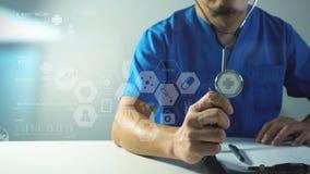 медицинская концепция techonlogy, умная рука доктора работая с современным Стоковые Фотографии RF