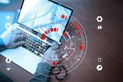 медицинская концепция techonlogy, умная рука доктора работая с современным Стоковое Изображение RF
