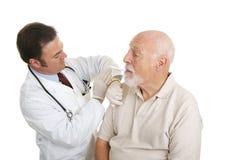 медицинская старшая принимая температура стоковая фотография rf