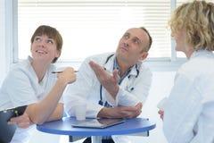 Медицинские персоналы имея встречу Стоковая Фотография