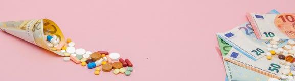 Медицинские пилюльки и таблетки в деньгах бумажных денег евро как символ цен здравоохранения Концепция медицины, денег и здоровья стоковое фото rf