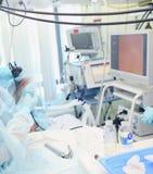 Медицинские процедуры во время видео- управления в ICU Стоковые Фото