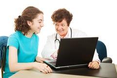 медицинские результаты рассматривая предназначенное для подростков испытание Стоковые Изображения