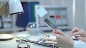 Медицинские руки держа таблетку на рабочем месте Доктор используя компьютер таблетки сток-видео