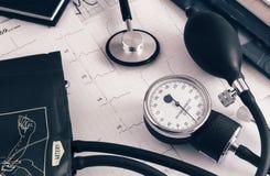 Медицинские службы: стетоскоп для аускультации пациентов и прибора для измерять кровяного давления стоковая фотография rf