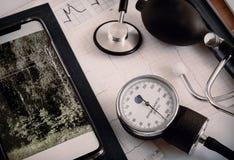 Медицинские службы: стетоскоп для аускультации пациентов и прибора для измерять кровяного давления стоковые фотографии rf
