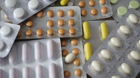 Медицинские таблетки закручивают сток-видео