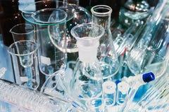 Медицинские трубки и склянки в лаборатории стоковое изображение