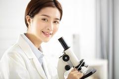 медицинский или научный исследователь работая в офисе Стоковые Изображения