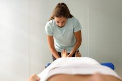 Медицинский массаж на ноге в центре физиотерапии Стоковое Фото