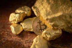 Медицинский осмотр bitcoin золота и зерна золотого самородка Выкрик минирования концепции стоковые фотографии rf