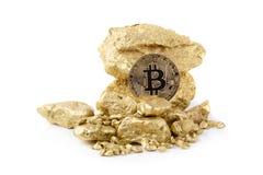 Медицинский осмотр bitcoin золота и зерна золотого самородка изолированные на белом b стоковые фото