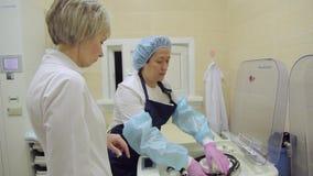 Медицинский работник принимает вне endoscopic оборудование после стерилизации 4K акции видеоматериалы