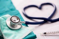 Медицинский стетоскоп переплетенный в форме сердца стоковые фотографии rf