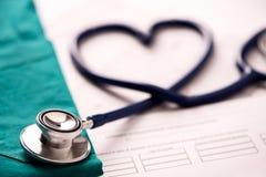 Медицинский стетоскоп переплетенный в форме сердца стоковые изображения rf