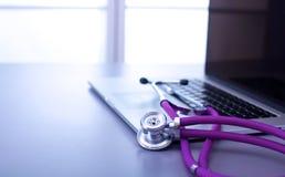 Медицинский стетоскоп с компьютером на столе Стоковое Изображение