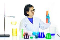 Медицинский технолог работая в лаборатории Стоковые Изображения