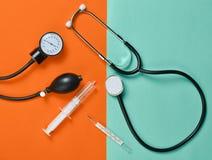 Медицинское оборудование на предпосылке покрашенной бумаги Стетоскоп Стоковое Изображение
