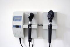 Медицинское оборудование с объемом уха otoscope и офтальмоскоп наблюдают смертная казнь через повешение объема на стене офиса ` s Стоковая Фотография RF