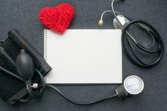 Медицинское положение квартиры модель-макета Белая тетрадь, красное сердце потока с t стоковое изображение