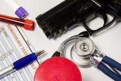 Медицинское свидетельство или зазор или заключение доктора на носить оружий или разрешения оружия На белой предпосылке таблицы ор Стоковое фото RF